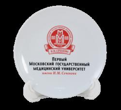 """Тарелка белая, керамическая 2-х цветной деколью. Логотип """"ПМГМУ"""""""